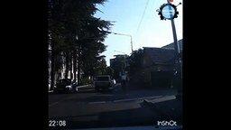 Смотреть Велосипедист снёс знак