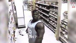 Качок заметил камеру... смотреть видео - 0:52
