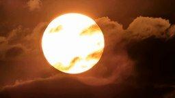 Смотреть Пролетая на самолёте сверх солнца