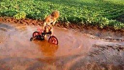Малыш-велосипедист и лужа