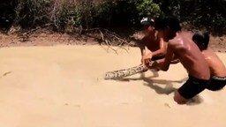 Смотреть Маленькие камбоджийцы против анаконды