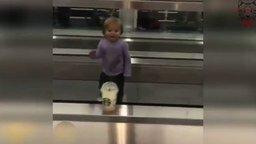 Целеустремлённая девочка на эскалаторе смотреть видео прикол - 0:31