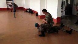 Смотреть Классный армейский трюк
