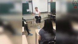 Смотреть Битбоксер подыграл учителю
