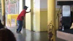 Танец возле туалета смотреть видео прикол - 0:27