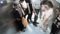 Смотреть Женщина родила в лифте