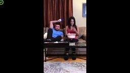 Смотреть Парень отучает девушку от смартфона