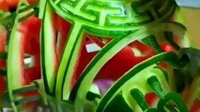 Смотреть Искусная скульптура из арбуза