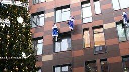 Смотреть Десант Дедов Морозов поздравил детей