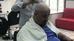 Смотреть Подшутил над парикмахером