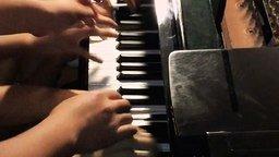Смотреть Игра на пианино по-азиатски