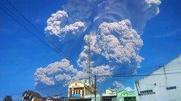 Смотреть Извержение индонезийского вулкана