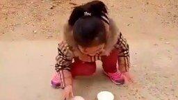 Маленькая ловкая фокусница смотреть видео - 0:15