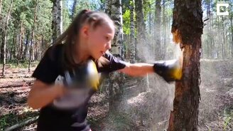 Смотреть Маленькая боксёрша против дерева