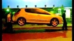Смотреть Несут авто домой