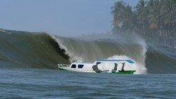 Волна сокрушает лодку смотреть видео прикол - 0:21