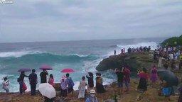 Сфотографируй на фоне волны! смотреть видео прикол - 0:48