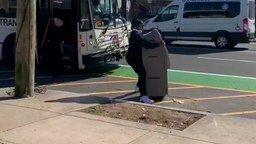 С банкоматом в автобус! смотреть видео прикол - 0:47