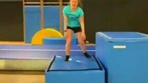 Гимнастка насмешила всех смотреть видео прикол - 0:11