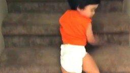 Детский жёсткий спуск с лестницы смотреть видео прикол - 0:10