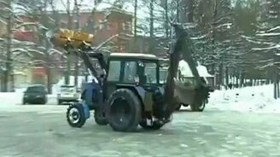 Тракторист развлекается смотреть видео прикол - 0:22