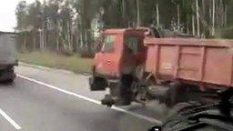 Смотреть КамАЗ без колеса