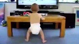 Смотреть Малыш у телевизора