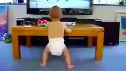 Малыш у телевизора смотреть видео прикол - 0:50