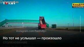Грузовик с поднятым кузовом врезается в мост смотреть видео прикол - 0:42
