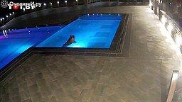 Кто тайком плавает в бассейне ночью? смотреть видео прикол - 0:40