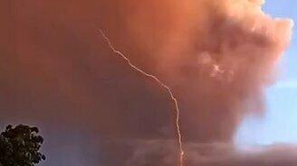 Молния из жерла вулкана смотреть видео прикол - 0:05
