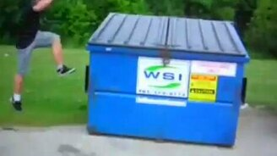 Смотреть Паркур в мусорном баке
