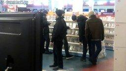 Смотреть Наркоман в магазине
