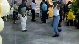 Танцор в белых штанах смотреть видео прикол - 2:11