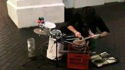 Смотреть Уличный барабанщик