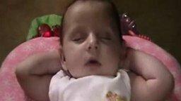 Смотреть Спит как взрослый