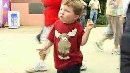 Танцующий мальчик смотреть видео прикол - 1:07
