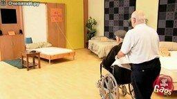 Смотреть Инвалид на кровати