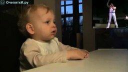 Малыш смотрит рок-концерт смотреть видео прикол - 1:23