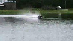 Смотреть Управляет авто прямо по реке