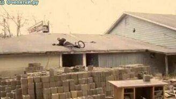 Велосипедист на крыше смотреть видео прикол - 0:13