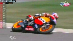 Смотреть Выдра перед мотоциклистом