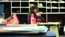 Девушка чихалья смотреть видео прикол - 1:10