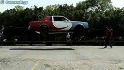 Смотреть Авто прыгает через верёвку