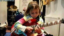 Смотреть Девочка в 6 лет играет на гитаре