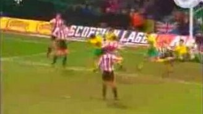 Непослушный футбольный мяч смотреть видео прикол - 0:14